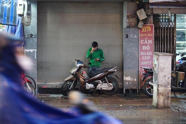 5h chiều bầu trời Hà Nội bất ngờ tối sầm, người đi đường vội vàng về nhà trong cơn mưa giờ cao điểm - Ảnh 21.