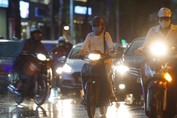 5h chiều bầu trời Hà Nội bất ngờ tối sầm, người đi đường vội vàng về nhà trong cơn mưa giờ cao điểm - Ảnh 16.