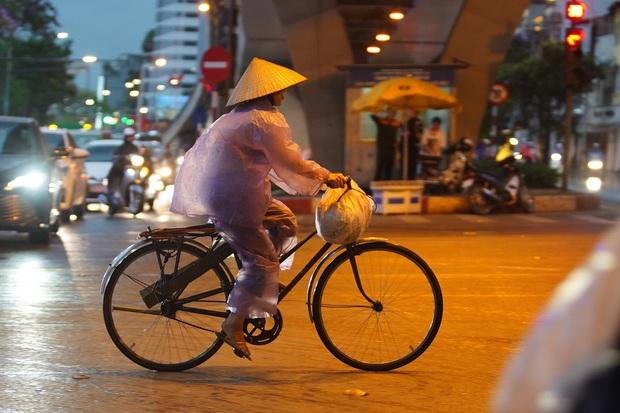 5h chiều bầu trời Hà Nội bất ngờ tối sầm, người đi đường vội vàng về nhà trong cơn mưa giờ cao điểm - Ảnh 17.