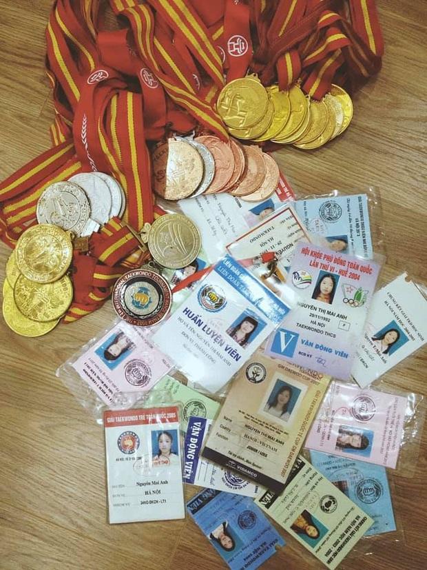 Hội con nhà người ta khoe thành tích dày cộm thời đi học, nào là điểm cao, giấy khen, huy chương nhìn thôi là choáng - Ảnh 2.