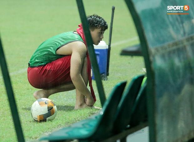 Hài hước cảnh tiền đạo trẻ điển trai lúi húi tìm bóng, Đức Huy bảo vệ ba lô trước cơn mưa to - Ảnh 3.