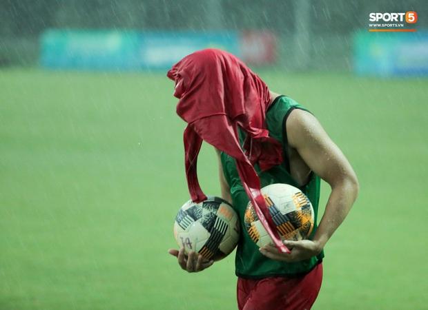 Hài hước cảnh tiền đạo trẻ điển trai lúi húi tìm bóng, Đức Huy bảo vệ ba lô trước cơn mưa to - Ảnh 5.
