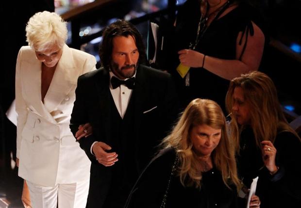 270.000 fan xúc động vì ngôi sao tử tế nhất hành tinh: Người ta chọn bạn gái, Keanu Reeves đưa mẹ ruột lên thảm đỏ Oscar - Ảnh 6.