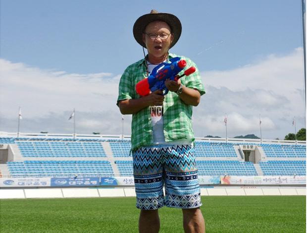 Nguồn gốc bức ảnh gây sốt một thời: HLV Park Hang-seo cầm súng phun nước, diện quần tắm biển trong SVĐ - Ảnh 1.