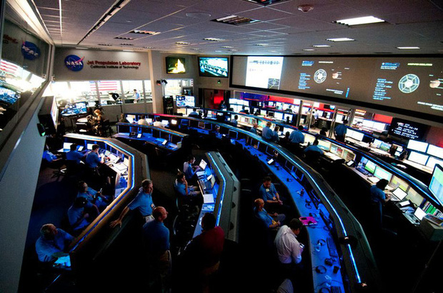 Kỹ sư NASA ngồi nhà điều khiển robot thăm dò trên Sao Hỏa như thế nào? - Ảnh 2.