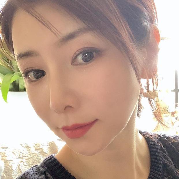 Phù thủy làn da người Nhật 53 tuổi da dẻ vẫn căng mịn như gái 18: Bí quyết chỉ ở 2 bước dưỡng rẻ bèo mà ai cũng làm được - Ảnh 1.