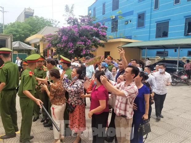 Hiệu trưởng trường chuyên tỉnh Hòa Bình nói rất nhục nhã vì nâng điểm - Ảnh 2.