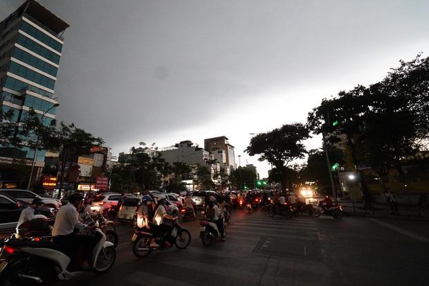 5h chiều bầu trời Hà Nội bất ngờ tối sầm, người đi đường vội vàng về nhà trong cơn mưa giờ cao điểm - Ảnh 1.