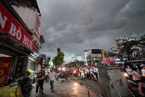 5h chiều bầu trời Hà Nội bất ngờ tối sầm, người đi đường vội vàng về nhà trong cơn mưa giờ cao điểm - Ảnh 2.
