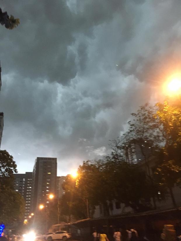 5h chiều bầu trời Hà Nội bất ngờ tối sầm, người đi đường vội vàng về nhà trong cơn mưa giờ cao điểm - Ảnh 4.