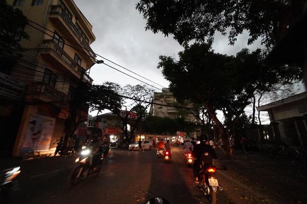 5h chiều bầu trời Hà Nội bất ngờ tối sầm, người đi đường vội vàng về nhà trong cơn mưa giờ cao điểm - Ảnh 9.