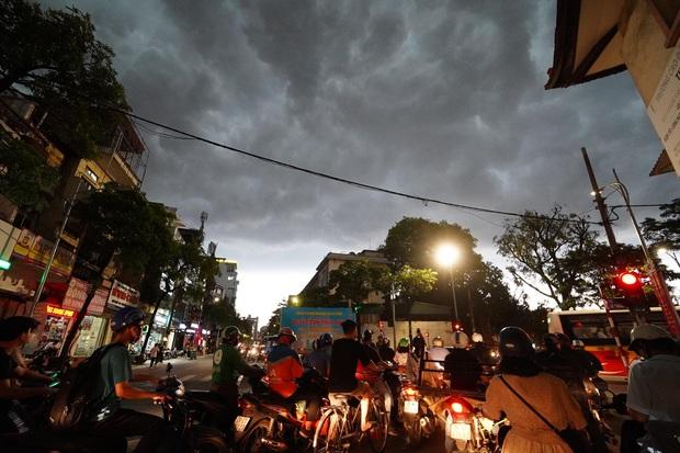 5h chiều bầu trời Hà Nội bất ngờ tối sầm, người đi đường vội vàng về nhà trong cơn mưa giờ cao điểm - Ảnh 10.