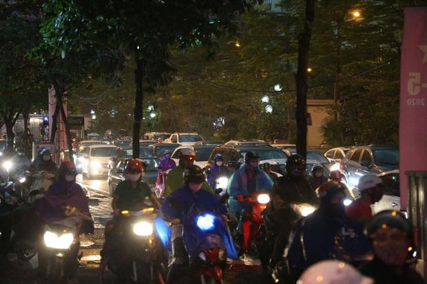 5h chiều bầu trời Hà Nội bất ngờ tối sầm, người đi đường vội vàng về nhà trong cơn mưa giờ cao điểm - Ảnh 11.