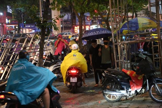 5h chiều bầu trời Hà Nội bất ngờ tối sầm, người đi đường vội vàng về nhà trong cơn mưa giờ cao điểm - Ảnh 12.