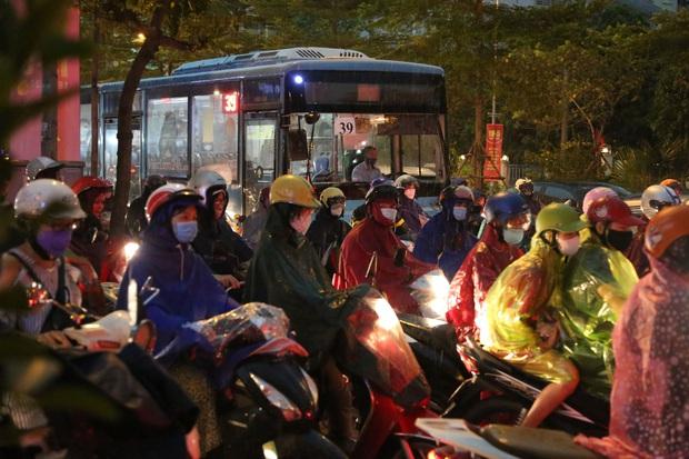 5h chiều bầu trời Hà Nội bất ngờ tối sầm, người đi đường vội vàng về nhà trong cơn mưa giờ cao điểm - Ảnh 13.