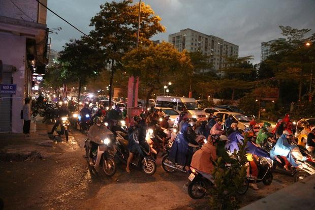 5h chiều bầu trời Hà Nội bất ngờ tối sầm, người đi đường vội vàng về nhà trong cơn mưa giờ cao điểm - Ảnh 14.