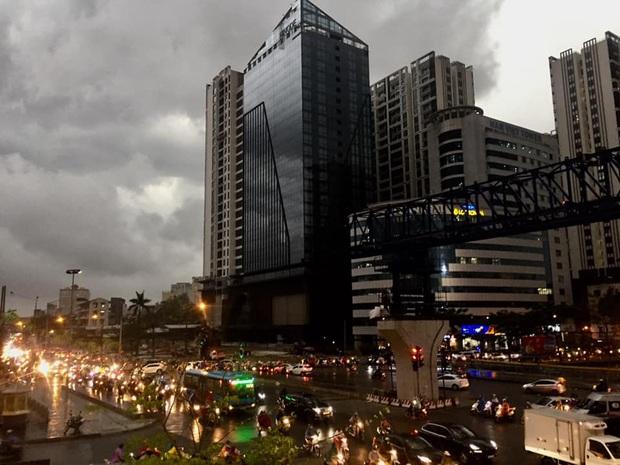5h chiều bầu trời Hà Nội bất ngờ tối sầm, người đi đường vội vàng về nhà trong cơn mưa giờ cao điểm - Ảnh 6.