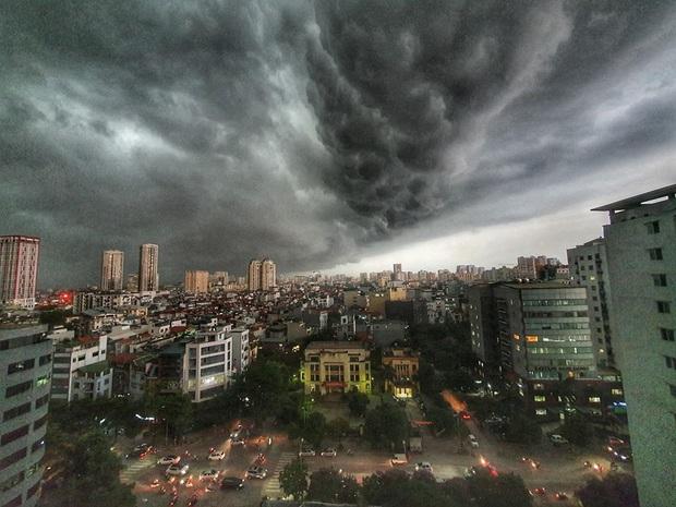 5h chiều bầu trời Hà Nội bất ngờ tối sầm, người đi đường vội vàng về nhà trong cơn mưa giờ cao điểm - Ảnh 7.