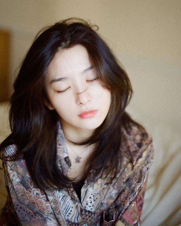 Tóc dài lửng lơ tuy nhẹ đầu nhưng Hè xõa xượi thì cũng phát ngốt, bạn nên học các idol Hàn 4 cách buộc tuyệt xinh - Ảnh 2.