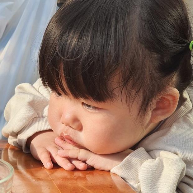 Cô bé có gương mặt ôm trọn biểu cảm chán chường, hôm nay oải quá thì coi chút cho đồng cảm đi nè - Ảnh 10.