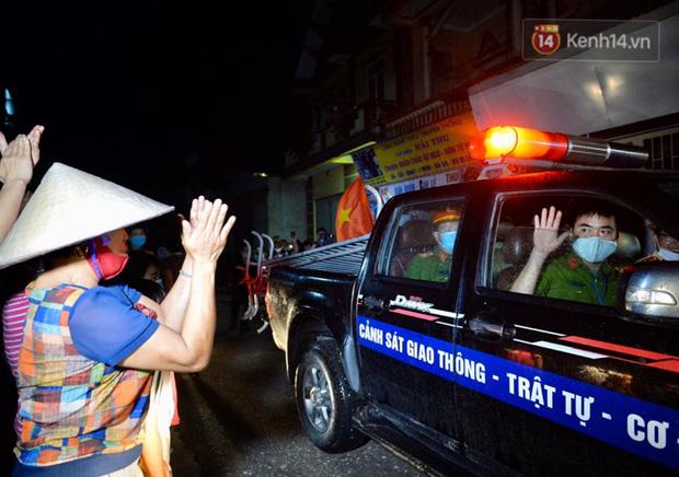 Ảnh, clip: Người dân thôn Đông Cứu phấn khởi trong đêm dỡ cách ly, Hà Nội không còn ổ dịch Covid-19 - Ảnh 8.