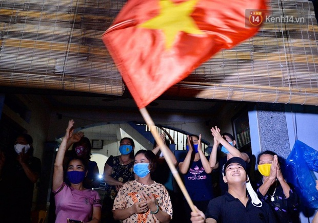 Ảnh, clip: Người dân thôn Đông Cứu phấn khởi trong đêm dỡ cách ly, Hà Nội không còn ổ dịch Covid-19 - Ảnh 4.