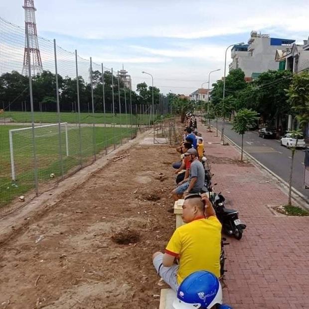 CĐV Nam Định ngồi vắt vẻo trên hàng rào xem đội nhà đánh tennis sau gần 2 tháng đói bóng đá - Ảnh 1.