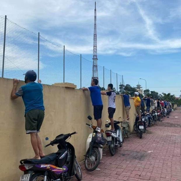CĐV Nam Định ngồi vắt vẻo trên hàng rào xem đội nhà đánh tennis sau gần 2 tháng đói bóng đá - Ảnh 2.