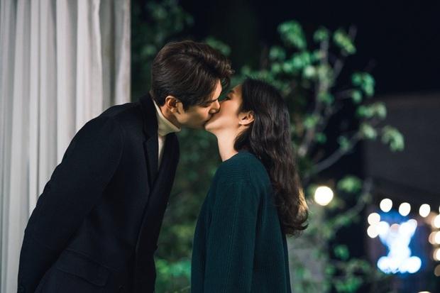 Lee Min Ho lại khoe nụ hôn ngọt ngào với Kim Go Eun trên trang cá nhân, người muốn hét lên phim giả tình thật chính là anh? - Ảnh 4.