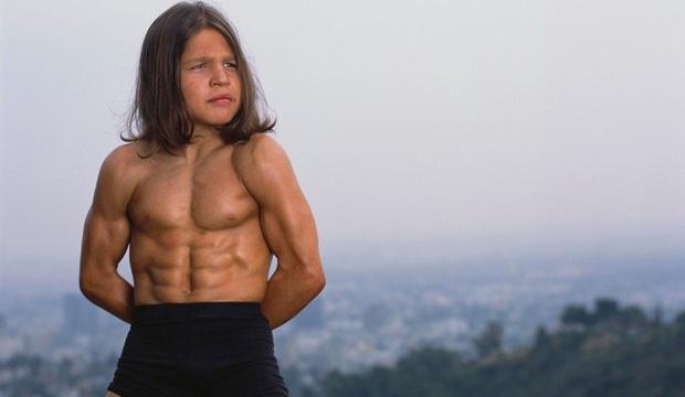 Tiểu Hercules từng gây sốt nhờ body như tượng tạc tròn 20 năm trước và diện mạo thay đổi đáng kinh ngạc sau khi bỏ tập gym - Ảnh 2.