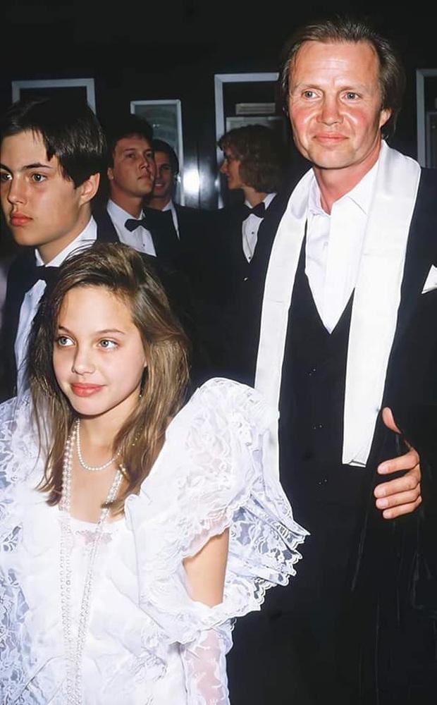 Loạt ảnh thời bé đến thiếu nữ của Angelina Jolie gây sốt trở lại, nhan sắc của đại mỹ nhân Hollywood trong quá khứ có gì mà hot vậy? - Ảnh 2.