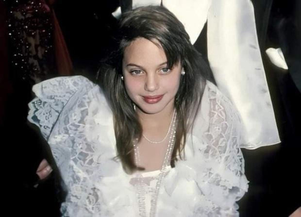 Loạt ảnh thời bé đến thiếu nữ của Angelina Jolie gây sốt trở lại, nhan sắc của đại mỹ nhân Hollywood trong quá khứ có gì mà hot vậy? - Ảnh 3.