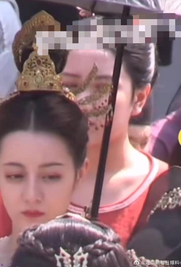 Màn đọ sắc khốc liệt trên phim trường: Địch Lệ Nhiệt Ba khoe góc nghiêng cực phẩm, Triệu Lộ Tư bất ngờ không hề kém cạnh - Ảnh 2.