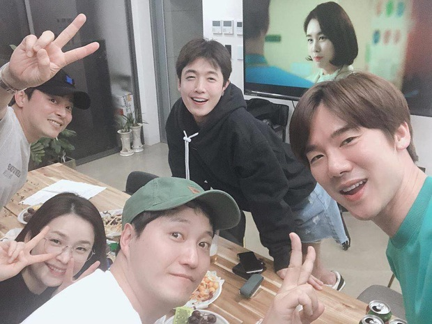 Mừng hụt vì màn bẻ lái ở tập 10 Hospital Playlist: Thuyền Ik Jun - Song Hwa sẽ sớm lật hay về đích mãn nhãn ở phút cuối cùng? - Ảnh 14.