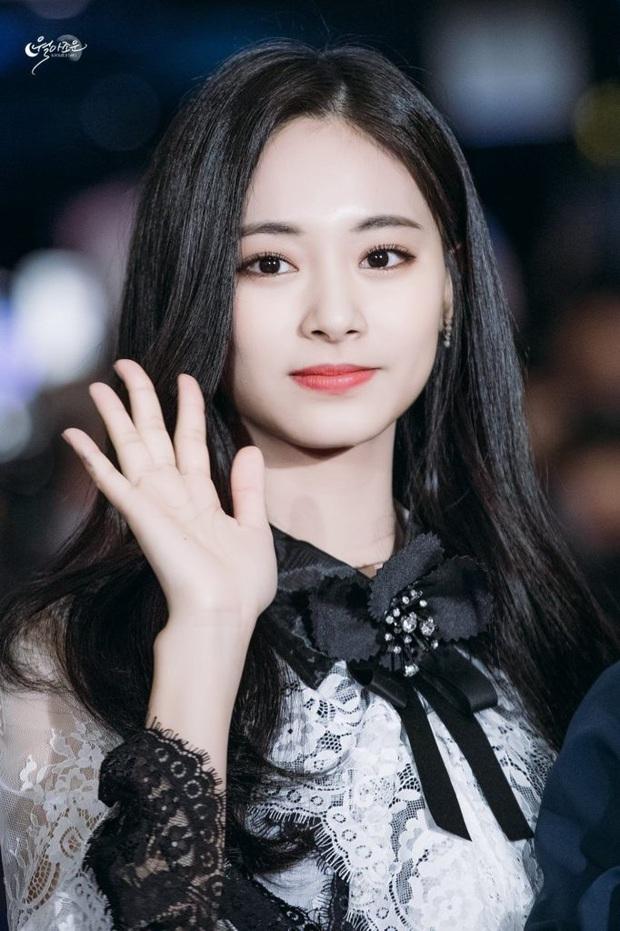 20 em út Kpop lột xác ngoạn mục nhờ tóc đen: Jungkook, Sehun hoá tổng tài, Lisa và dàn mỹ nữ như công chúa bí ẩn - Ảnh 7.