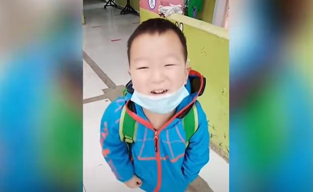 Trở lại trường học sau kỳ nghỉ dài, cậu bé bật khóc nức nở vì không thể tìm ra lớp học và thậm chí quên luôn mặt giáo viên - Ảnh 2.