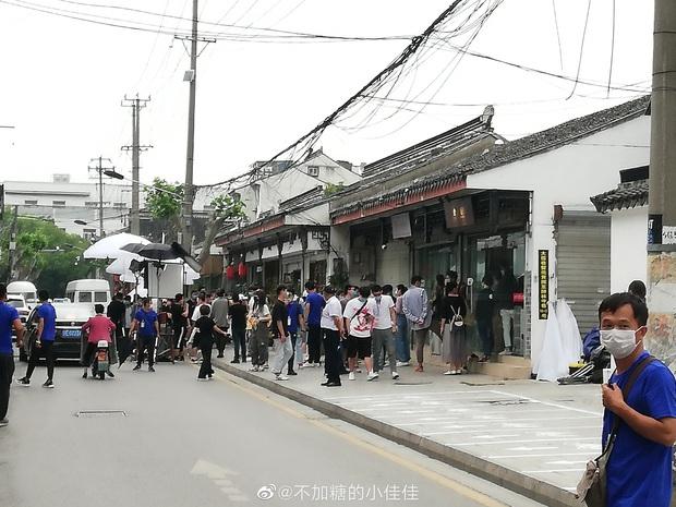 Cá Mực Hầm Mật 2 vừa khoe ảnh khai máy, netizen đã vội chê nữ chính quá trẻ để Hồ Nhất Thiên lái máy bay - Ảnh 8.