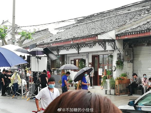 Cá Mực Hầm Mật 2 vừa khoe ảnh khai máy, netizen đã vội chê nữ chính quá trẻ để Hồ Nhất Thiên lái máy bay - Ảnh 9.