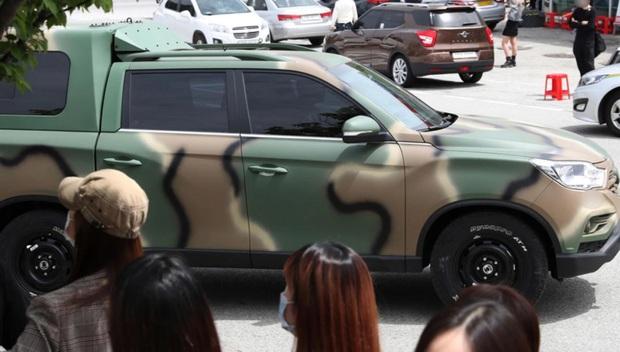 Tranh cãi nảy lửa: Thủ lĩnh Suho (EXO) vừa nhập ngũ đã dính nghi án biệt đãi, netizen soi bằng chứng từ 1 chiếc xe - Ảnh 5.
