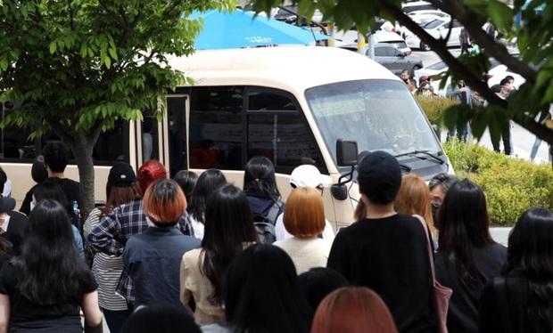 Tranh cãi nảy lửa: Thủ lĩnh Suho (EXO) vừa nhập ngũ đã dính nghi án biệt đãi, netizen soi bằng chứng từ 1 chiếc xe - Ảnh 4.