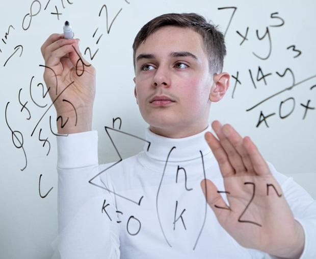 Tôi là một cỗ máy biết nói: Cảm xúc của các thiên tài nhí sở hữu chỉ số IQ thuộc nhóm 2% đỉnh nhất thế giới là như thế nào? - Ảnh 5.