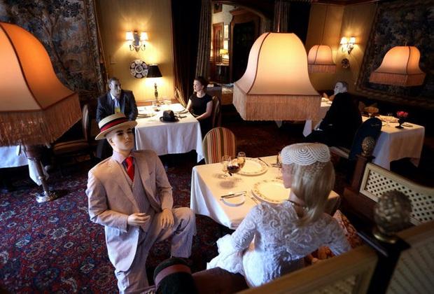 Sợ khách cô đơn, loạt nhà hàng bổ sung... hình nộm, gấu trúc nhồi bông cho không gian thêm sinh động: Ban ngày thì ổn chứ tối thì hơi ghê à nha! - Ảnh 2.