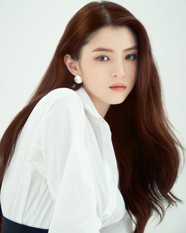 Đại chiến tạp chí bà cả và tiểu tam Thế giới hôn nhân: Kim Hee Ae U55 vẫn táo bạo, nhưng Han So Hee đẹp thế ai đọ lại? - Ảnh 6.
