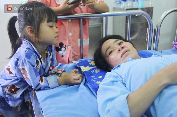 Bố mẹ bị vùi trong đống đổ nát vụ sập công trình kinh hoàng, 2 đứa trẻ bơ vơ trong bệnh viện: Tụi nhỏ không chịu ăn, cứ lo mẹ sẽ chết - Ảnh 2.