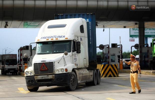 Ngày đầu CSGT tổng kiểm soát, dừng xe kiểm tra giấy tờ: Nhiều phương tiện bị xử lý  - Ảnh 12.