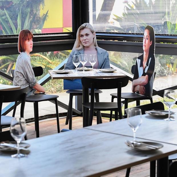 Sợ khách cô đơn, loạt nhà hàng bổ sung... hình nộm, gấu trúc nhồi bông cho không gian thêm sinh động: Ban ngày thì ổn chứ tối thì hơi ghê à nha! - Ảnh 5.