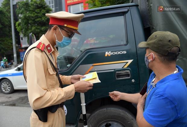 Ngày đầu CSGT tổng kiểm soát, dừng xe kiểm tra giấy tờ: Nhiều phương tiện bị xử lý  - Ảnh 7.