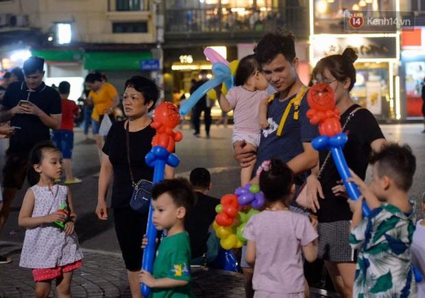 Khoảnh khắc hạnh phúc của những gia đình nhỏ trong ngày phố đi bộ Hồ Gươm hoạt động trở lại sau dịch Covid-19 - Ảnh 4.