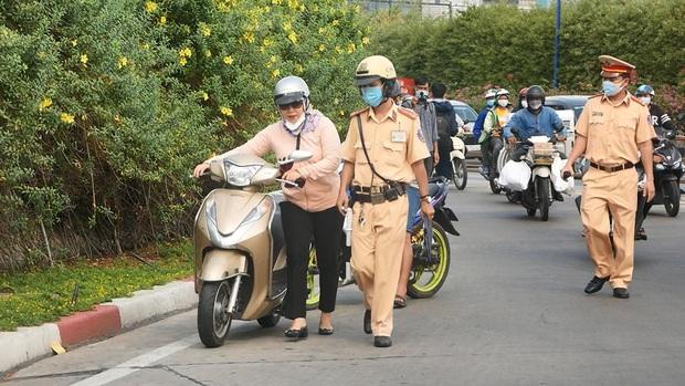 """CSGT TP.HCM ra quân kiểm tra phương tiện bất kỳ, nhiều người ngỡ ngàng hỏi lại: """"Tôi có đi sai gì đâu mà bắt dừng…?"""" - Ảnh 4."""