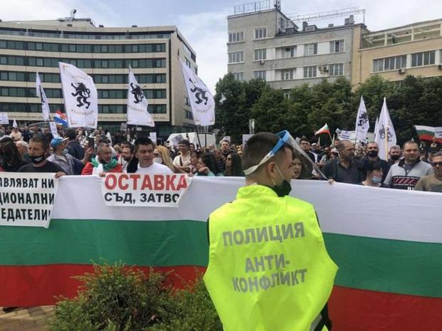 Gần 2.000 người biểu tình ở thủ đô của Bulgaria phản đối lệnh hạn chế - Ảnh 1.